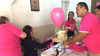 """En apoyo solidario con las personas que se encuentran en tratamiento contra el cáncer de mama, algunas alumnas del Colegio de Bachilleres del Estado de Baja California (CoBach), participaron en la campaña """"Trenzando Sonrisas""""."""
