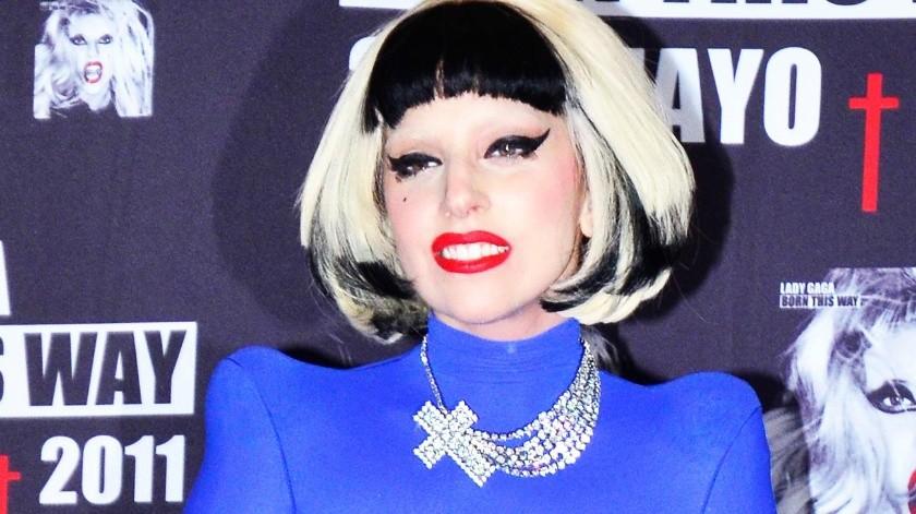 Lady Gaga sufrió una espectacular caída la noche de este jueves durante su presentación en Las Vegas.