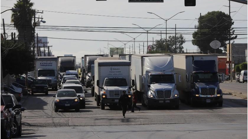 El lento proceso de revisión en los camiones de carga y el día festivo en Estados Unidos para el segundo lunes de octubre han dejado grandes filas en el área de Otay, explicó el delegado en Tijuana de la Cámara Nacional del Autotransporte de Carga (Canacar).