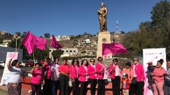 Colocan ofrenda a mujeres que han luchado contra el cáncer