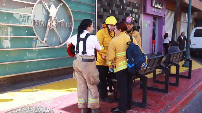 Las bomberas realizan su trabajo en el marco del Día Mundial de la Lucha contra el Cáncer de Mama.(Gustavo Suárez)