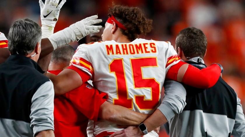 El quarterback de los Chiefs de Kansas City Patrick Mahomes sale del juego después de lesionarse en la primera mitad del duelo ante los Broncos de Denver, el jueves 17 de octubre de 2019, en Denver.(AP)