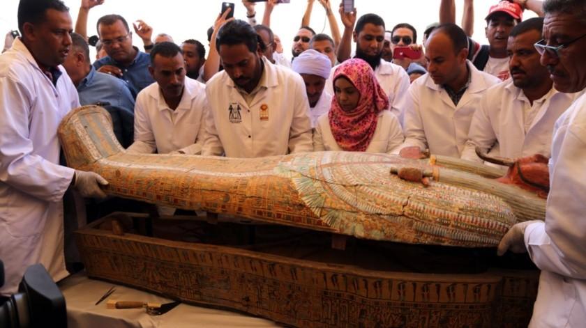 Arqueólogos abren uno de los 30 sarcófagos pintados, recién descubiertos en la necrópolis de Asasif, en Luxor, Egipto.(EFE)