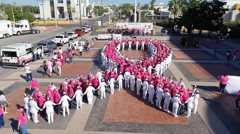 La Delegación del IMSS en Sonora realizó una marcha para conmemorar el Día Mundial de la Lucha contra el Cáncer de Mama.(Gamaliel González.)