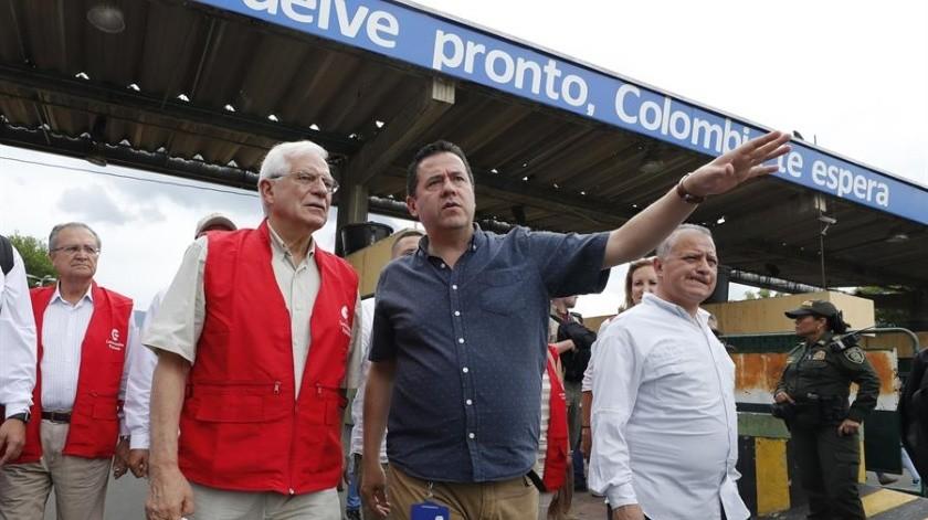 El ministro español de Asuntos Exteriores en funciones, Josep Borrell, conversa con Felipe Muñoz, gerente del Gobierno colombiano para la frontera con Venezuela.(EFE)