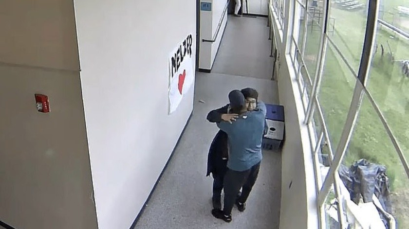 VIDEO: Entrenador enfrenta a estudiante armado con abrazo(Captura de video)