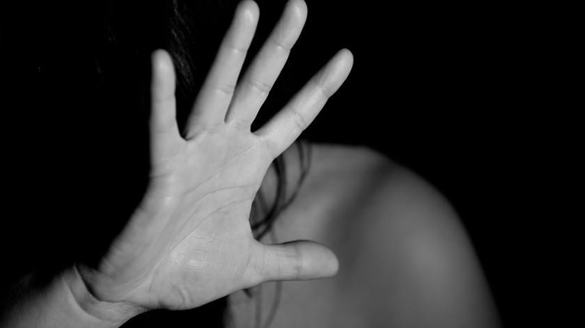 Vecinos la auxilian tras agresión de dos hombres(Pixabay)
