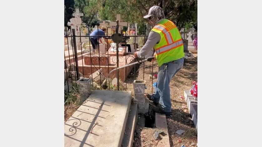 Trabajadores del Municipio y familiares de difuntos se observan en trabajos de limpieza en los diferentes camposantos.