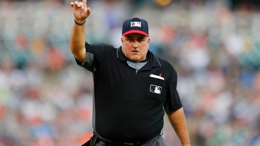 En esta foto del 5 de julio de 2019, el umpire del plato Eric Cooper hace una indicación durante el encuentro entre los Tigres de Detroit y los Medias Rojas de Boston.(AP)
