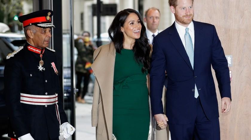El príncipe Harry de Inglaterra y su esposa Meghan, duquesa de Sussex, llegan a los premios WellChild en Londres.(AP)