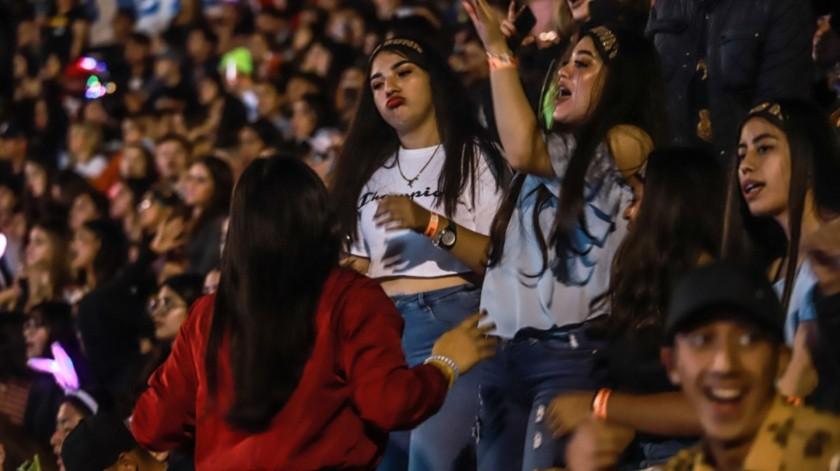 Los jóvenes en su mayoría preparatorianos se dejaron llevar por la atracción del baile, haciendo movimientos sensuales propios del género.(Gustavo Suárez)
