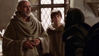 La cinta se desarrolla en noviembre de 1327, cuando un maestro y su alumno llegan a una pequeña abadía benedictina del norte de Italia para resolver la muerte de un miniaturista en los muros de la abadía.