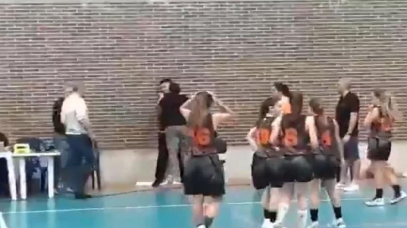 VIDEO: Explota esposa de entrenador y agrede a árbitro(Captura de pantalla)