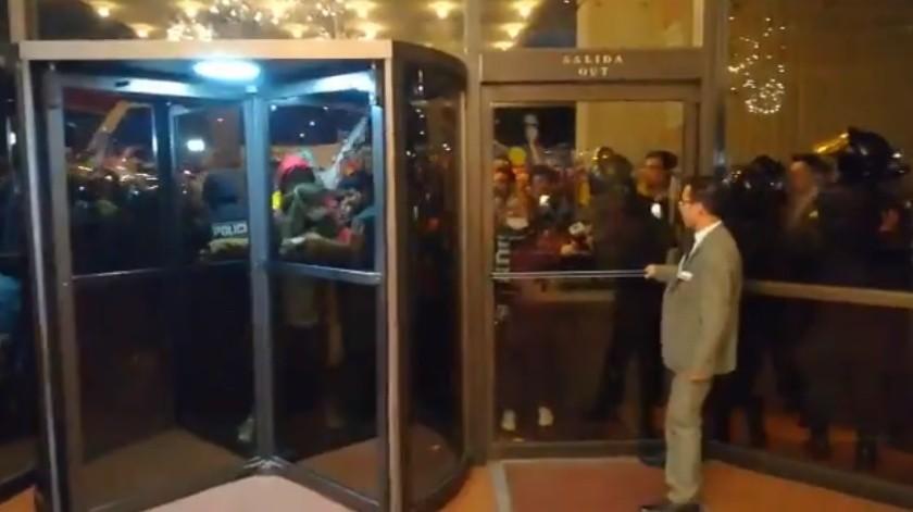 VIDEOS: Oposición se enfrenta a policía en Bolivia tras resultados electorales(Captura de video)