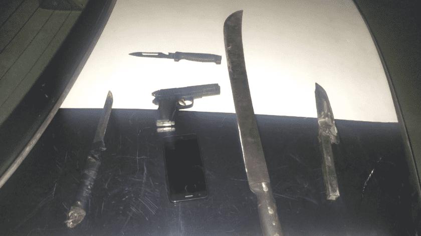 Cuchillos, machetes y armas le fueron encontradas a asaltante de SLRC(Cortesía)