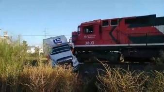 Tráiler intenta ganarle el paso a tren carguero y se impacta; no hay lesionados