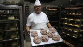 Enrique Preciado, con 32 años de experiencia, es quien se encarga de hornear pan de muerto en la panadería Ensenada.