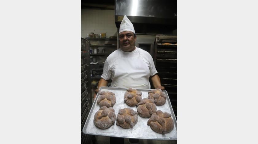 Los ingredientes principales del pan de muerto son harina, levadura, agua tibia, huevos, sal, azúcar, mantequilla, ralladura y jugo de naranja.(Jesús Bustamante)