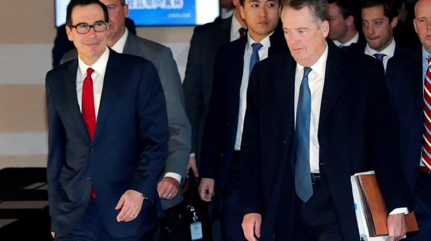 """Robert Lighthizer, representante de Comercio Exterior, y el secretario del Tesoro, Steven Mnuchin, realizaron el anuncio tras conversar con el viceprimer ministro chino, Liu He, sobre la """"primera fase"""" del acuerdo.(EFE)"""