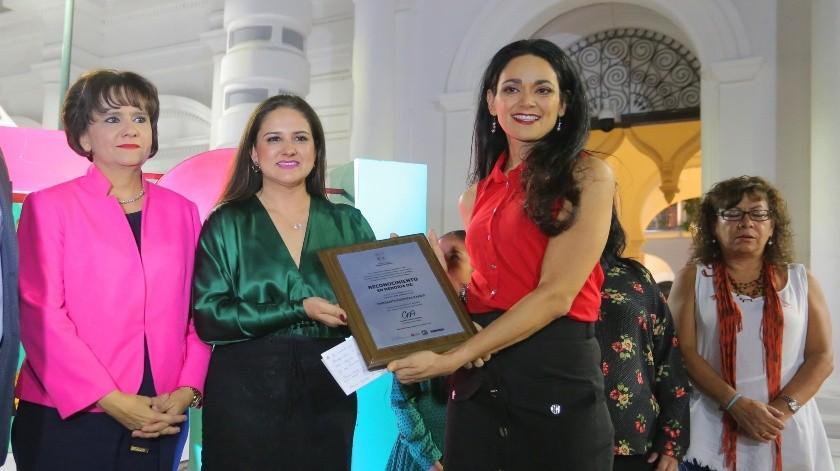 Beatriz Olguín Oropeza, hija de Margarita Oropeza, recibió un reconocimiento a nombre de su madre.(Eleazar Escobar)