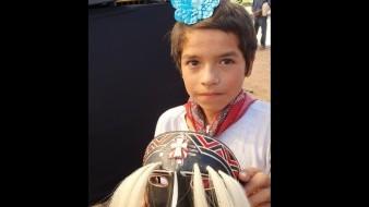 A sus 11 años, Guillermo es el encargado de presentar a AMLO la danza de Pascola