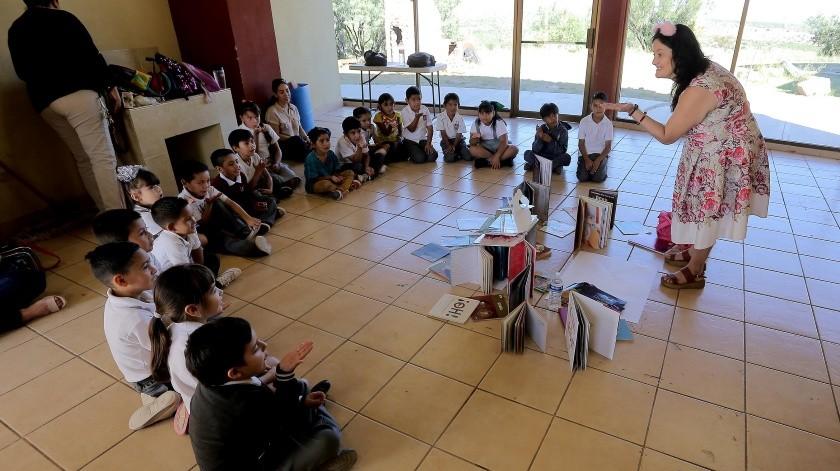 Los niños se divierten con las historias de Mara Abdala, quien les narra los cuentas más maravillosos.(Eleazar Escobar)