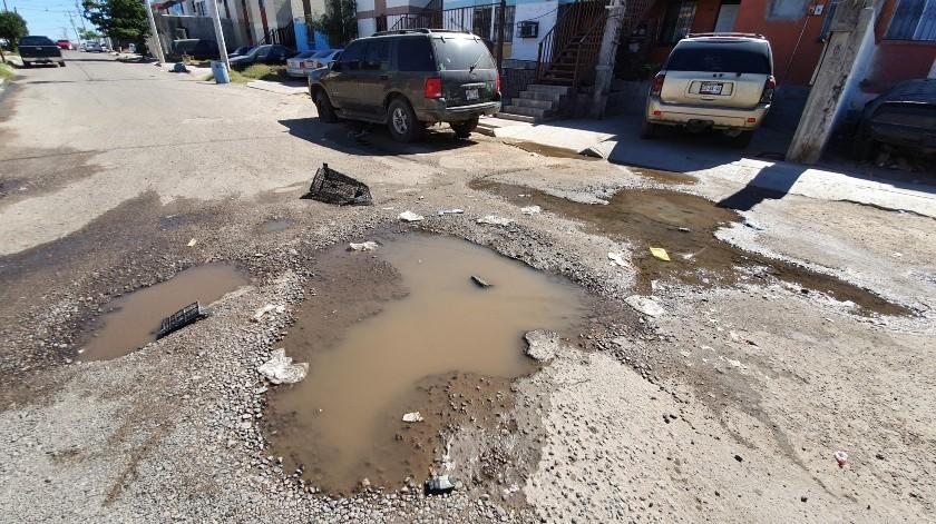 Vecinos de la calle Peñasco Blanco y Gavilán de la colonia Nuevo Hermosillo se quejan de las fugas de agua potable y drenaje.(Gamaliel González)