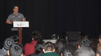 Eduardo Guízar Sainz colaborador de la NASA, durante su plática con jóvenes.
