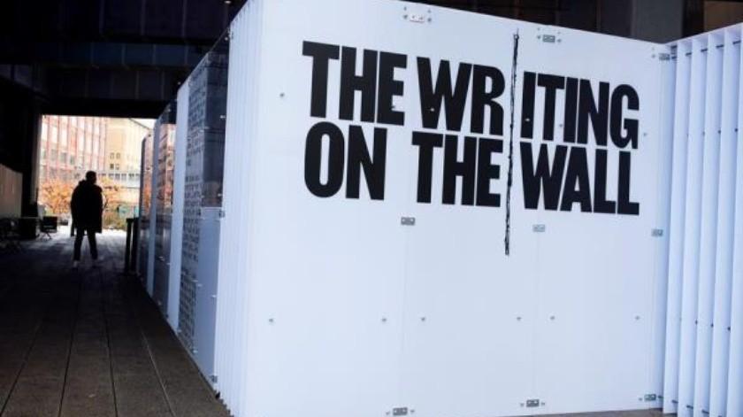 """Tres minúsculos habitáculos asaltan al turista en el pintoresco y exclusivo """"Highline"""" de Manhattan, situado en uno de los barrios más pudientes de la ciudad. Se trata de una instalación de arte que pretende recordar el """"enorme"""" talento y humanidad que encierran las prisiones de todo el mundo.(EFE)"""