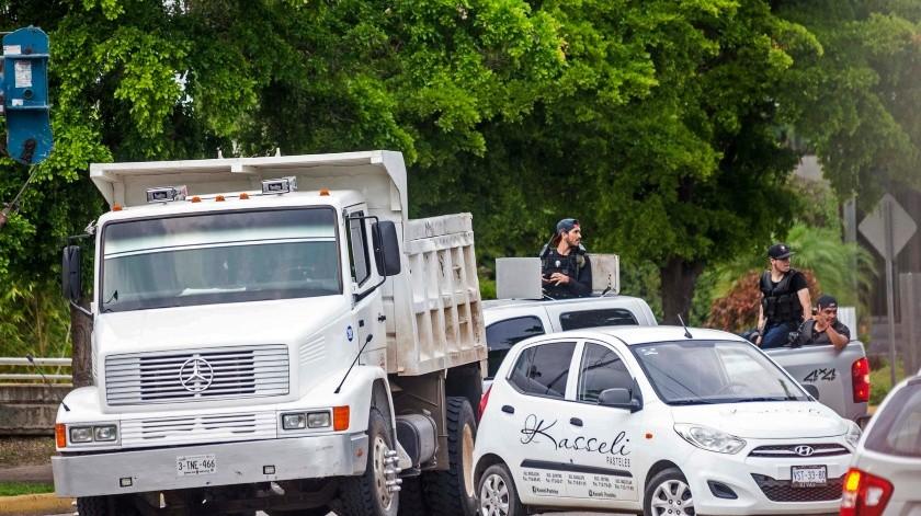 En esta fotografía de archivo del 17 de octubre de 2019, sujetos armados obstruyen una calle en Culiacán.(AP)