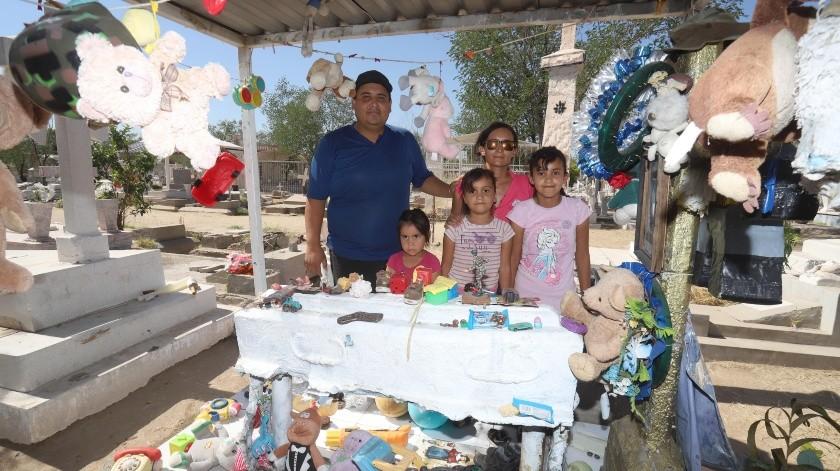 Las más pequeñas de la familia García Martínez también participan en el arreglo de la tumba de 'Carlitos'.(Teodoro Borbón)