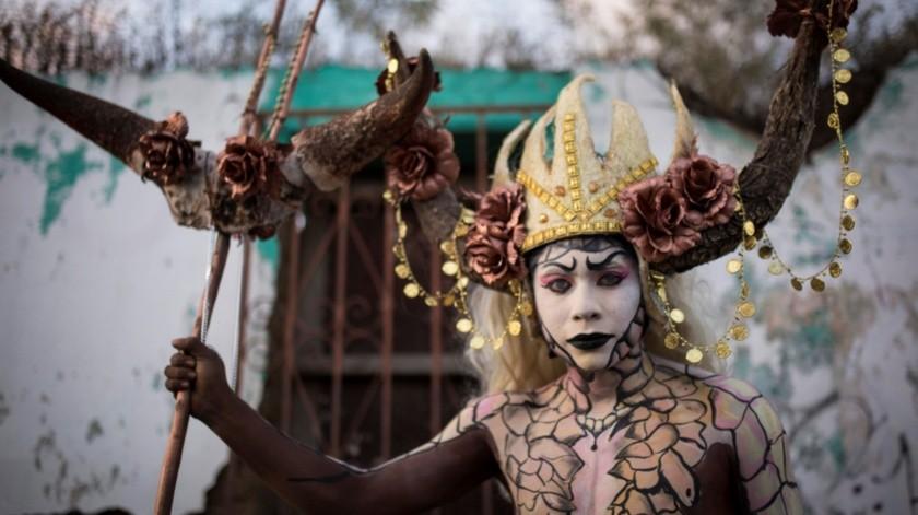 """El grupo artístico """"Los viejos jambados"""" de Jalapa del Valle se encargan de organizar la ruta de las comparsas y prever los gastos que implica la fiesta de los muertos.(EFE)"""