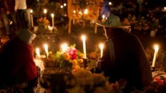 Los purépechas mantienen viva la creencia que durante la Noche de Muertos sus difuntos regresan en espíritu para estar con ellos.