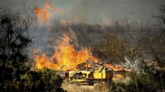 Equipos de emergencia continúan sofocando el incendio al sur de California