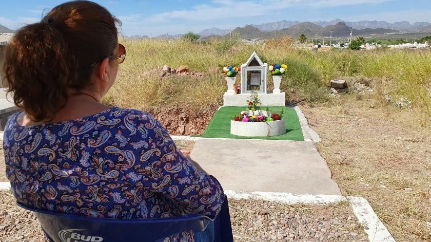 """La tumba de Kevin, mejor conocido como """"El Güerito"""", a quien cientos de personas le piden favores, fue cambiado de lugar en el Panteón Héroes Civiles de Guaymas.(Yesicka Ojeda)"""