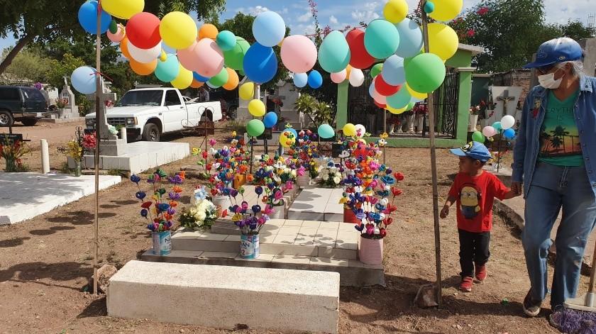 Familias cajemenses decoraron las tumbas de sus seres queridos con motivo del Día de Muertos.(Susana A. Arana)