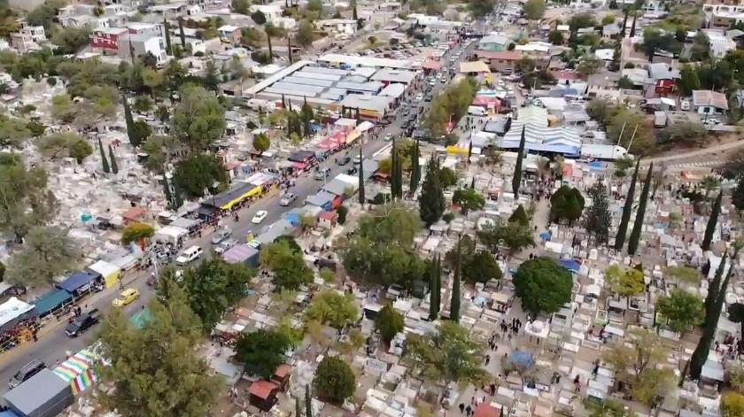 Una buena afluencia de personas se observaba en los panteones de Nogales y en la Feria del Hueso durante el Día de Muertos.(Rubén Ruiz)