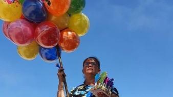 Vende globos y juguetes para adornar las tumbas