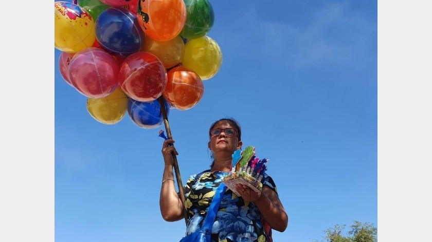Ana Araceli Madero acude a los panteones a vender globos.