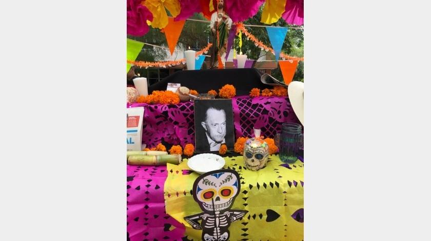 En el altar se colocaron elementos representativos del personaje homenajeado así como elementos icónicos de la tradición mexicana.