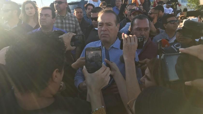 El alcalde de Tijuana, Arturo González Cruz, hoy se reunirá con los vecinos del fraccionamiento Verona Residencial, luego de que estos impidieran un encuentro con las familias que perdieron sus hogares en los deslizamientos de Lomas del Rubí.