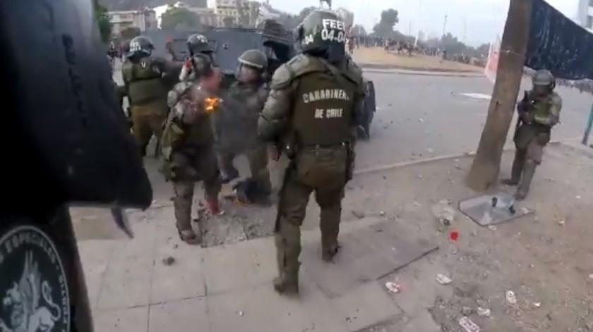 VIDEO: Manifestantes lanzan bombas molotov contra carabineras en Chile(Captura de video)