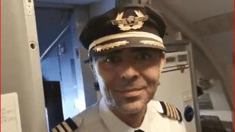 Tras el aterrizaje de la aeronave, al descender los pasajeros, el capitán Bolio esperó fuera de la cabina al mandatario.