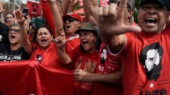 El expresidente de Brasil Luiz Inácio Lula da Silva sale de prisión, luego de que juez ordenara que fuera excarcelado.