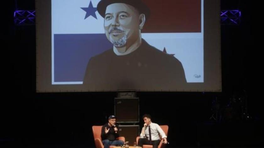 """El cantautor panameño Rubén Blades (i) habla con el director de NYU Music and Social Change Lab, Carlos Chirinos, durante el conversatorio """"Música y cambio social - Inspirador principal"""" en Circulart, la plataforma profesional de la industria de la música latinoamericana, este viernes en Medellín (Colombia).(EFE)"""