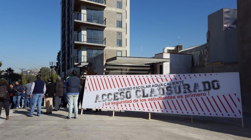 Los estudiantes colocaron el sello de clausura en una de las entradas vehiculares al conjunto residencial.