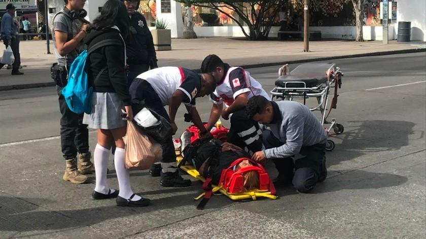 La persona atropellada fue auxiliada por socorristas de Cruz Roja.(Manuel Jiménez)