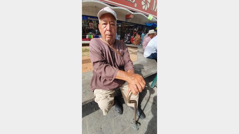 Juan González Torres, de 75 años, quien padece de diabetes, dejará de usar el hábito de San Francisco en diciembre, cuando se cumplen los tres años que prometió de manda.(Gamaliel González)