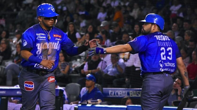 Isaac Paredes y Sergio Burruel festejan tras una carrera de los Yaquis.(Cortesía)