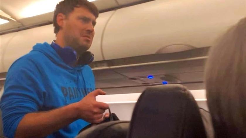 Acusan de acoso a hombre que realizó tocamientos a pasajera de avión(Captura de video)